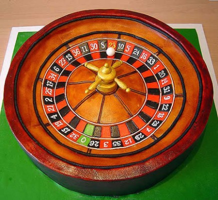 a cake shaped as a roulette wheel