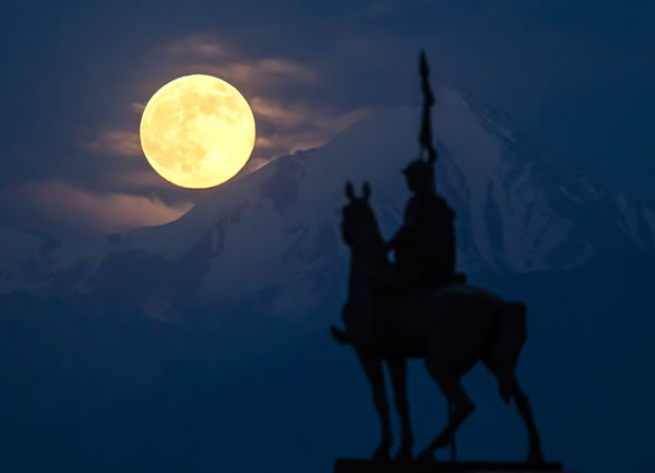 Amazing Super Moon Pictures Taken From Around The World 11