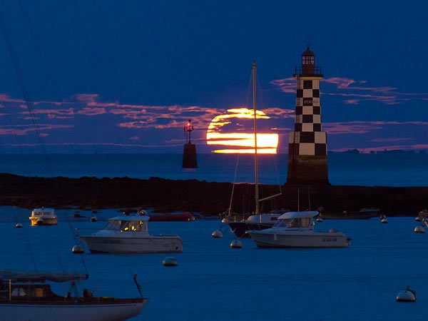 Amazing SuperMoon Pictures Taken From Around The World 12