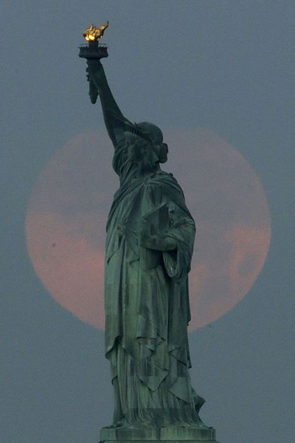 Amazing Super Moon Pictures Taken From Around The World  3