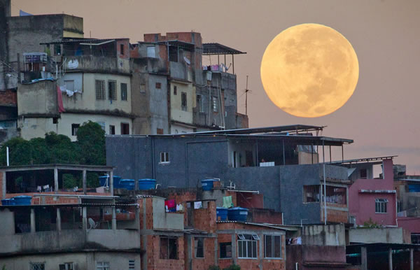 Amazing SuperMoon Pictures Taken From Around The World 5