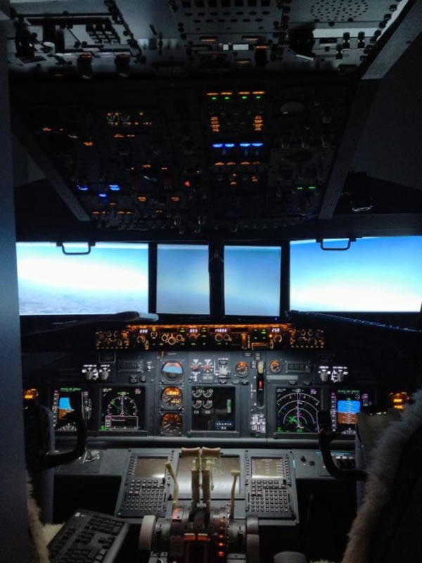 Guy Builds Full Size Boeing 737 Flight Simulator In His Bedroom