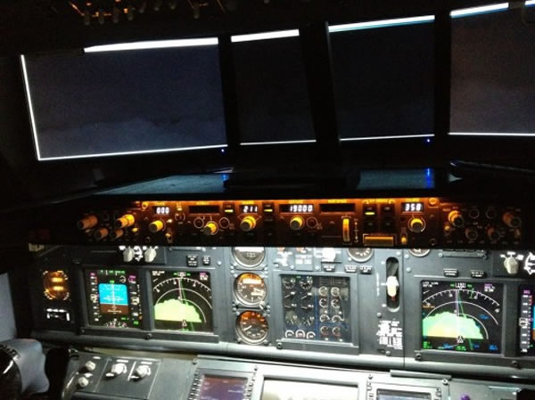 Guy Builds Full Size Boeing 737 Flight Simulator In His Bedroom 2