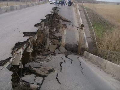 Road Collapses In front Of Motorist – Crazy Video