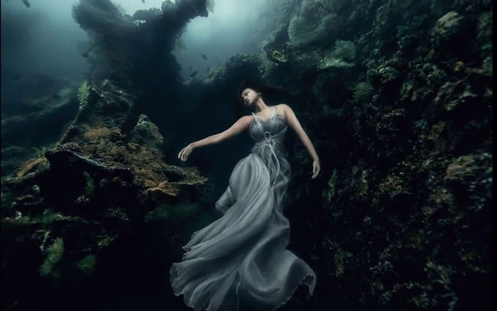Stunning Models Pose For Breathtaking Underwater Photoshoot 4