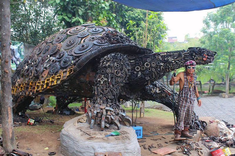 Amazing Giant Tortoise Welded From Recycled Scrap Metal (1)