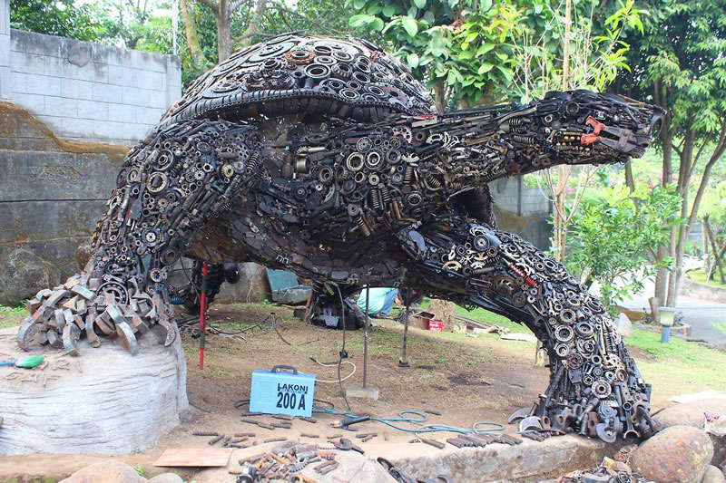 Amazing Giant Tortoise Welded From Recycled Scrap Metal (2)
