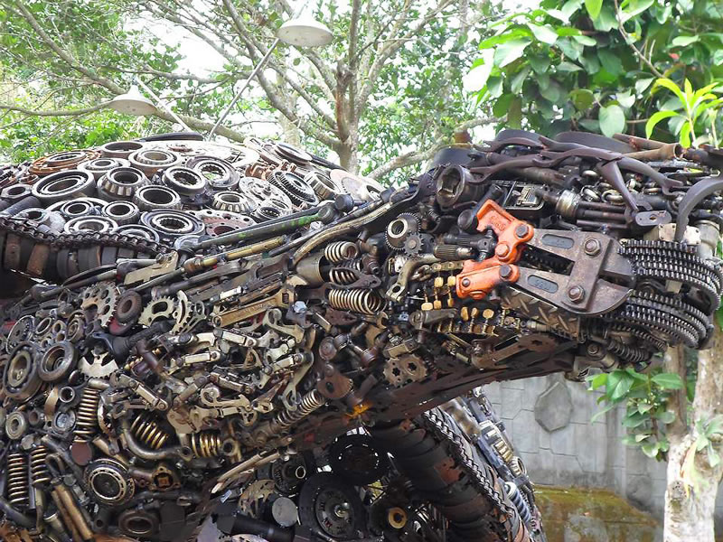 Amazing Giant Tortoise Welded From Recycled Scrap Metal (3)